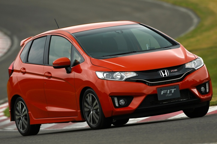 2015-honda-fit-rs-front-three-quarter-in-motion-02