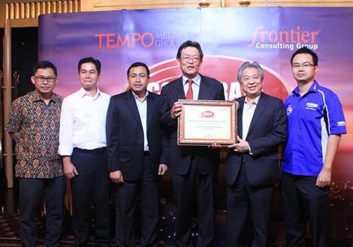 board-of-director-yamaha-indonesia-dengan-piagam-penghargaan-automotive-2-wheel-corporate-image-award-2014