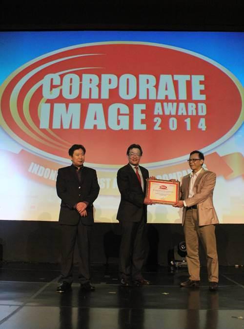presiden-direktur-yamaha-indonesia-yoichiro-kojima-saat-menerima-piagam-penghargaan-automotive-2-wheel-corporate-image-award-2014