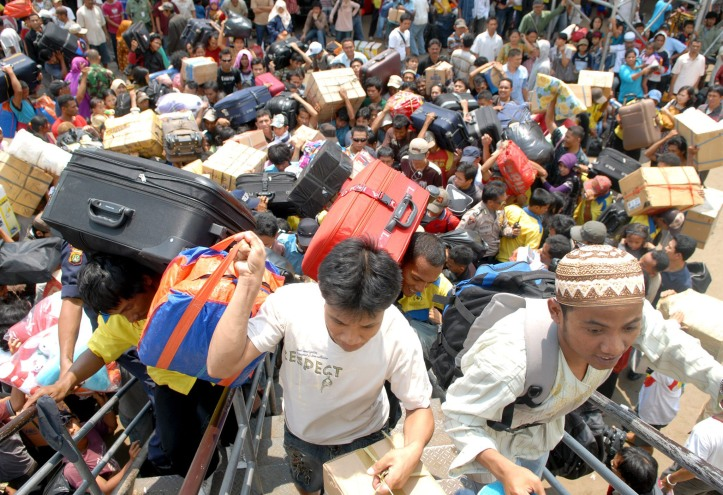 Ratusan calon penumpang berebut menaiki KM Lambelu jurusan Surabaya-Makasar dan kawasan Indonesia Timur lainnya di Pelabuhan Tanjung Priok, Jakarta, Jum'at (26/9).