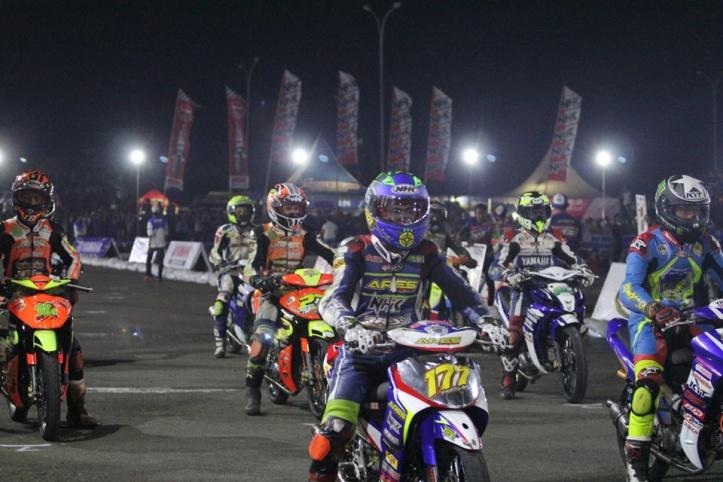 road-race-banyak-rider-muda-bersinar-di-balapan-malam-ycr-ser-ke-7-2014-09-29-a