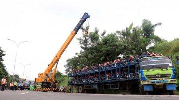 evakusi-truk-terguling-pengangkut-motor-di-tol-tembalang_20170306_195037