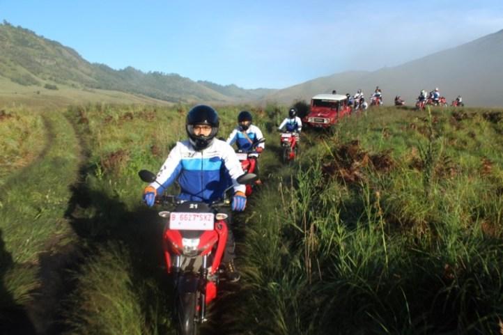 Touring-Bromo-T4klukan-Ba7asan-Suzuki-GSX-S150-Lintasi-Padang-Rumput